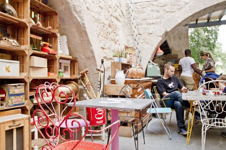 Das Café Espai Mescladis eingenistet zwischen Arkadenbögen