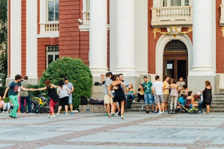 Tänzer vor dem Nationaltheater Iwan Wasow | 25h in Sofia, Stilnomaden